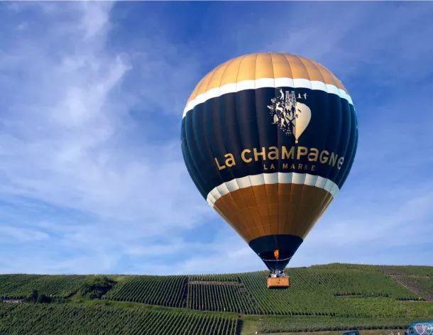 高空/ 热气球/ 香槟/ 我们的假期如此与众不同