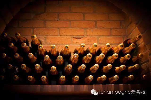 香槟储存,该躺着还是站着?